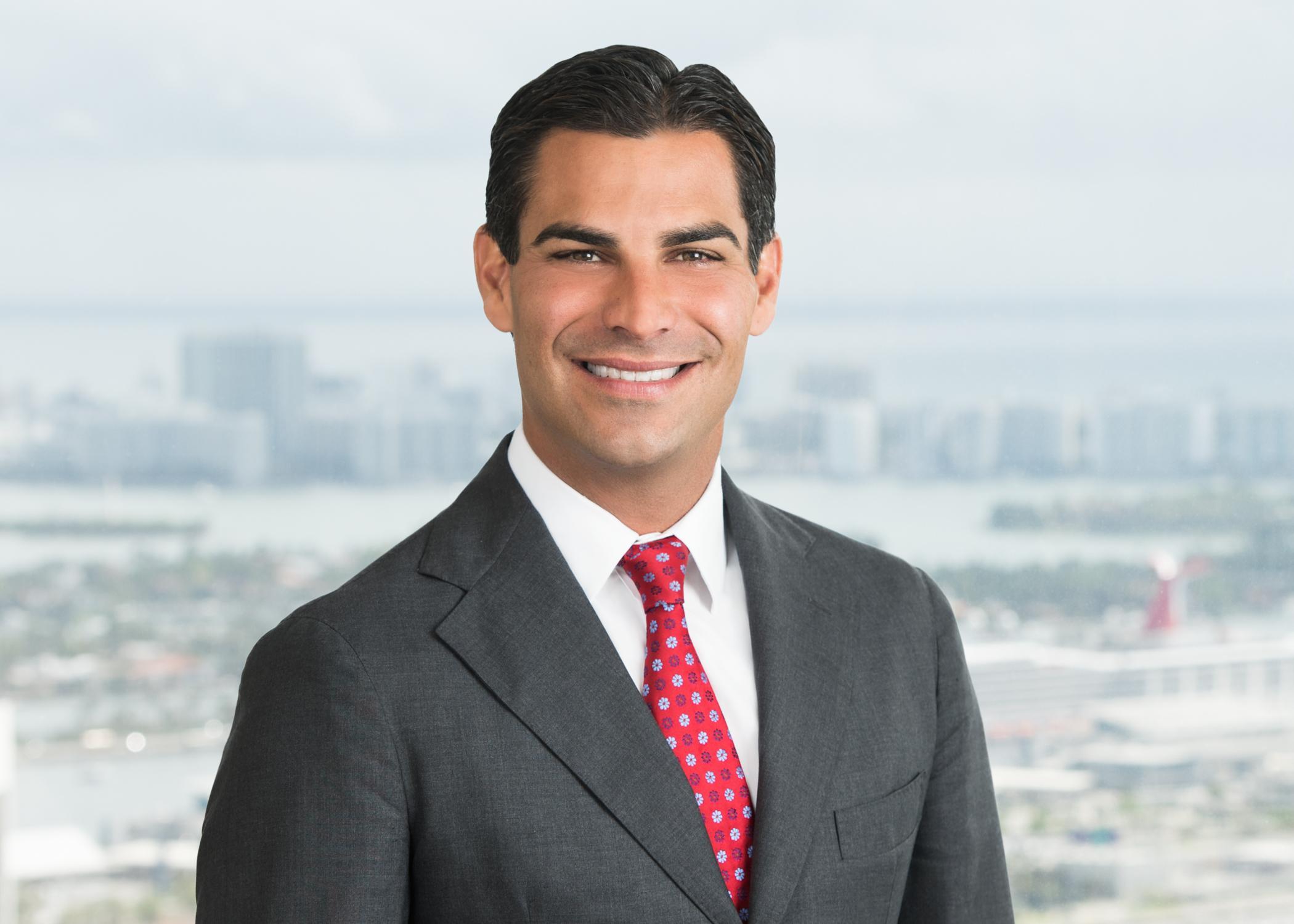 Suarez Francis - El alcalde de Miami lanza una cuenta oficial de Twitter