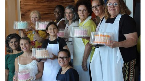 Students from Cake Deco Class and @305cakesbylola holding their final products