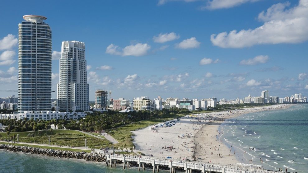 miami 1198921 1280 990x556 - Los disturbios obligan la cancelación de la reapertura de playas
