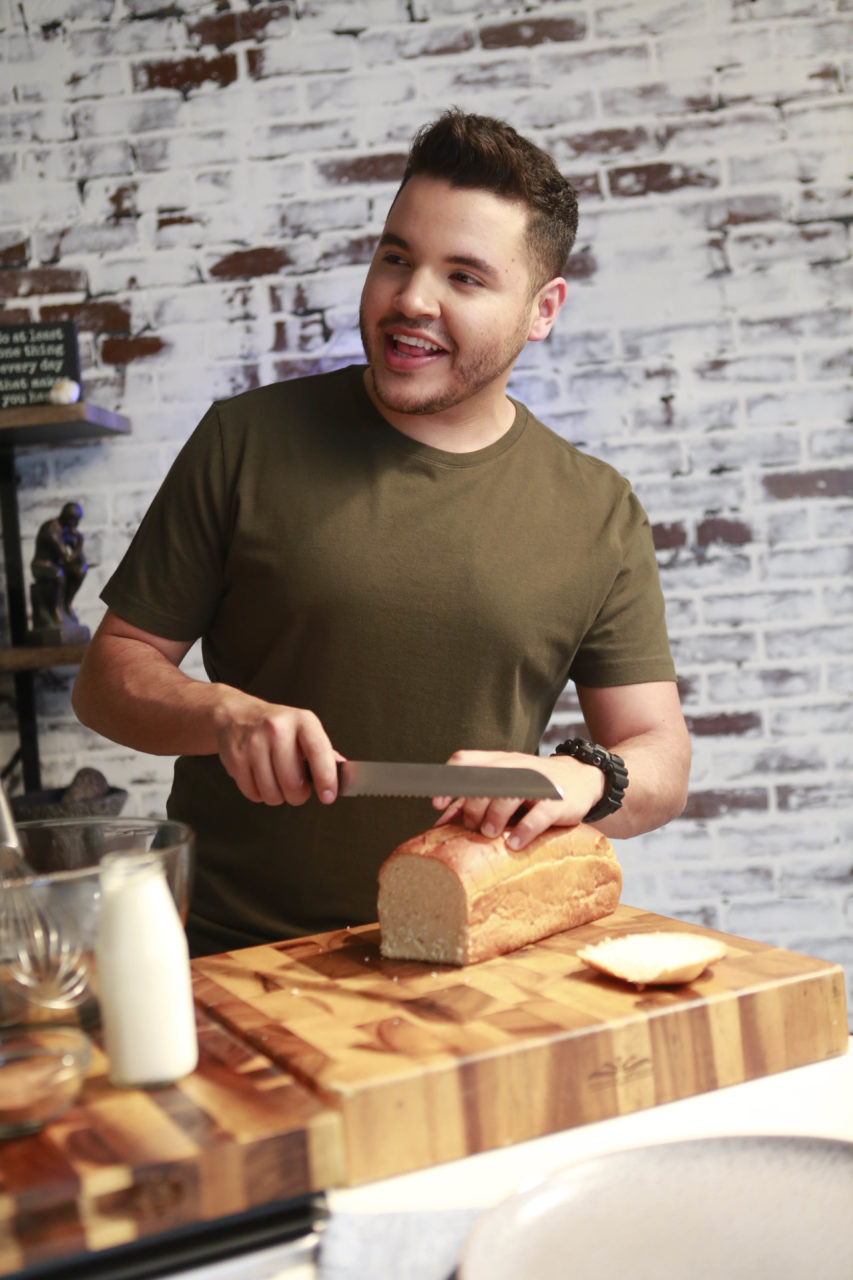 Chris 3 853x1280 - Chef Chris Valdes y su salsa de chorizo con tres quesos