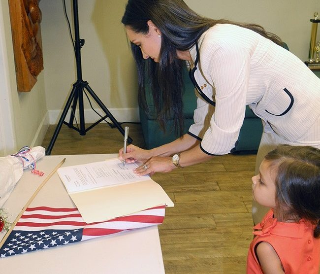 judge rivera correra signing 650x556 - Cristina Rivera Correa de Kiwanis de La Pequeña Habana nombrada jueza