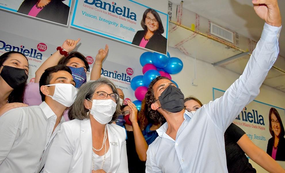daniella levine cava selfie - Daniella Levine Cava se postula para alcaldesa