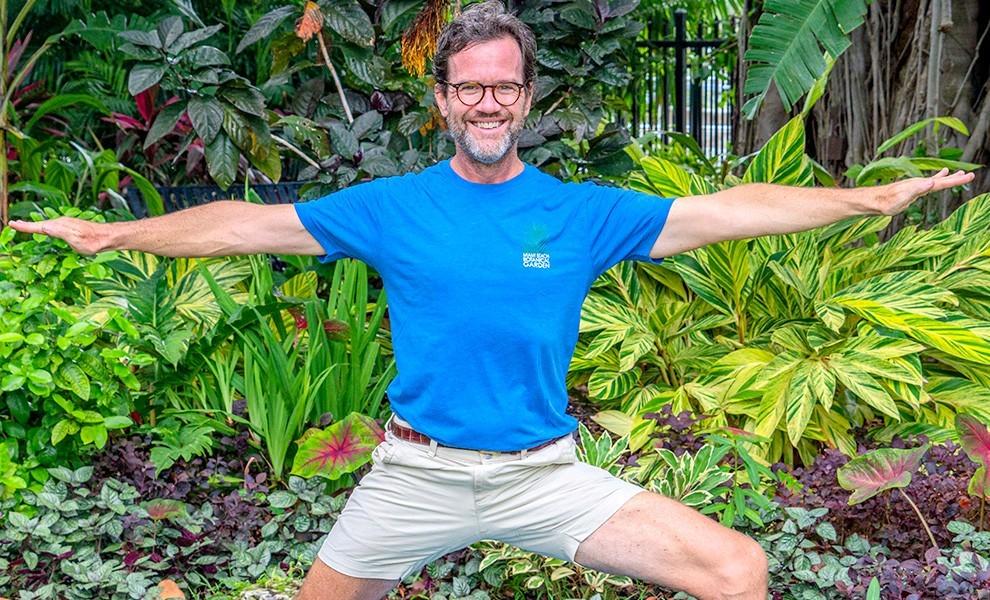 will thomas yoga stretching - Yoga en el Jardín Botánico de Miami Beach